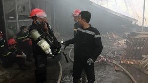Cháy xưởng gỗ hàng trăm mét vuông hai giờ liền
