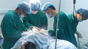 Cứu sống bệnh nhân bị chém ngang cổ