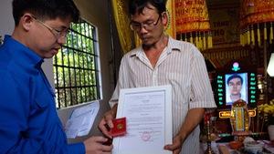 Trao tặng huy hiệu 'Tuổi trẻ dũng cảm' cho các 'hiệp sĩ' đường phố