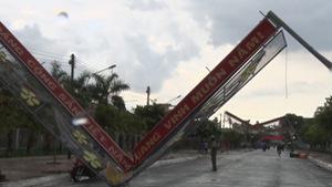 Lốc xoáy làm 65 căn nhà tốc mái, nhiều cổng chào đổ ngã