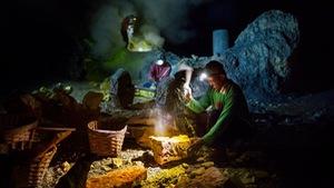 Mạo hiểm bán lưu huỳnh cho khách trên núi lửa đang hoạt động
