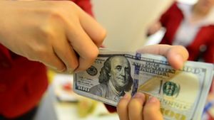 Giá USD ngân hàng hạ nhiệt, USD tự do vẫn cao