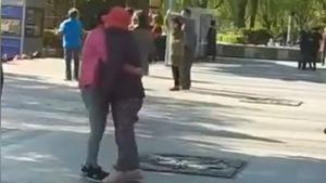 Clip con gái giúp mẹ bị tàn tật khiêu vũ khiến cư dân mạng xúc động