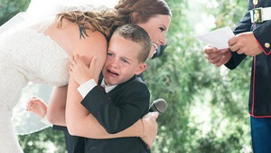 Cậu bé 4 tuổi ôm mẹ kế, khóc nức nở trong đám cưới của bố
