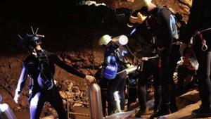 18 thợ lặn đã vào hang Tham Luang giải cứu đội bóng Thái Lan