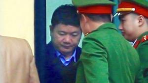 Ông Đinh La Thăng bình tĩnh trả lời tòa thẩm vấn