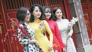 Giới trẻ Sài Gòn diện áo dài chụp hình đón xuân