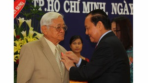 Trao Huân chương Độc lập hạng nhất cho ông Võ Văn Sung