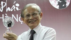 Giáo sư Phan Huy Lê nhận giải thưởng Bùi Xuân Phái