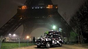 Sinh viên đi taxi đi vòng quanh thế giới