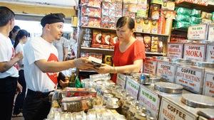Ông chủ cà phê Trung Nguyên ra chợ bán hàng