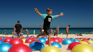 Bất ngờ với nghệ thuật triển lãm bên bờ biển Úc