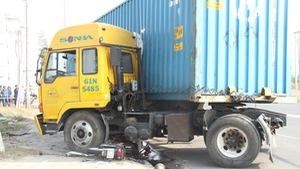 Xe container kéo lê nạn nhân gần 20 mét dưới gầm