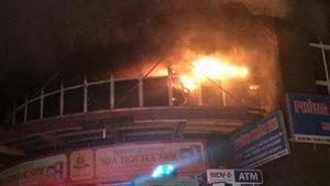 Cháy chung cư Vimeco giữa đêm,dân kiếm đường chạy