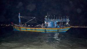 Lai dắt tàu cá hỏng máy cùng 14 ngư dân vào bờ an toàn