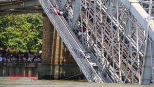 Sập cầu Ghềnh, dân rớt xuống sông, đường sắt đứt mạch