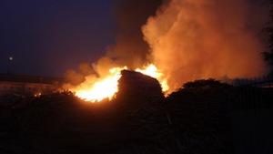Xưởng gỗ trên QL1 cháy dữ dội, kẹt xe nghiêm trọng