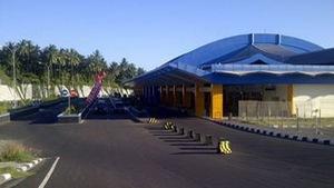 Động đất khiến núi lửa phun, 2 sân bay Indonesia đóng cửa