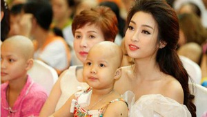 Hoa hậu Mỹ Linh vui Tết Trung thu với bệnh nhi