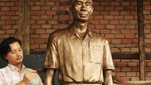 Larry Berman tặng tượng cho gia đình ông Phạm Xuân Ẩn