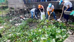 Bạn trẻ tình nguyện làm sạch chợ nổi Cái Răng