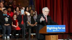 """Tỉ phú Buffett công khai chứng từ thuế """"đập lại"""" ông Trump"""