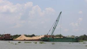 Khai thác cát quá mức là nguyên nhân sạt lở bờ sông