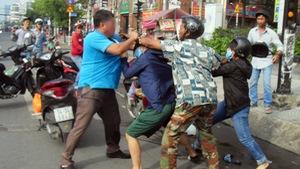 Suýt va quẹt, người đàn ông và 2 phụ nữ xông vào đánh nhau
