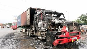 Xe container đang chạy bị lửa thiêu rụi cabin
