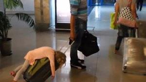 Những khoảnh khắc hài hước đến khó đỡ ở sân bay