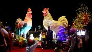 Ngắm đường hoa xuân miền Tây với gà khổng lồ