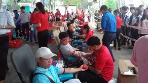 Nhiều thanh niên tham gia hiến máu tình nguyện