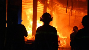 Xưởng gỗ tại Đồng Nai cháy lớn, thiệt hại hàng tỉ đồng