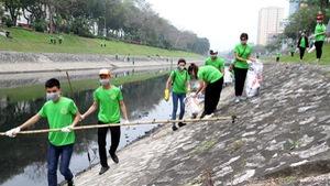 Chàng thanh niên Mỹ cùng sinh viên Hà Nội dọn rác sông Tô Lịch