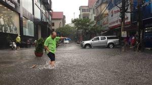 Mưa giông đầu mùa, hàng loạt tuyến phố Hà Nội ngập nặng