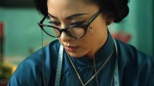 Cô Ba Sài GònNgô Thanh Vân ngồi may áo dài