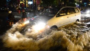 Làm cách nào để lái xe qua khu vực ngập nước?