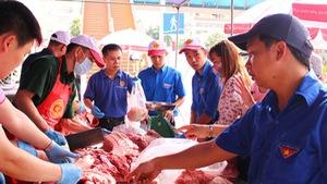 Tấp nập mua ủng hộ thịt heo sạch chỉ 40.000 đồng/kg