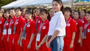 Á hậu Việt Nam đi phát tờ rơi, kêu gọi hiến máu cứu người