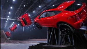Xem clip màn nhào lộn giành kỷ lục Guinnesscủa Jaguar E-Pace