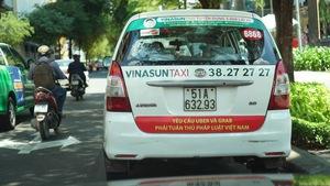 Taxi Vinasun dán biểu ngữ 'Yêu cầu Uber và Grab...' gây tranh cãi