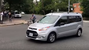 'Xe tự lái' có người điều khiển ngụy trang thành… ghế lái xe