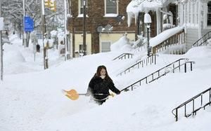 Du khách khổ sở vì bão tuyết ở Anh, Mỹ
