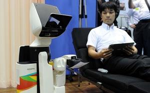 Toyota ra mắt robot làm 'hộ lý' giúp người khuyết tật