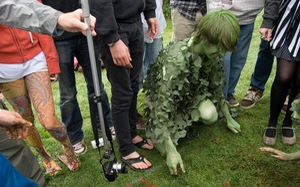 Độc đáo lễ hội bắt giun ở Anh