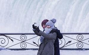 Du khách ngắm thác Niagara trong băng giá