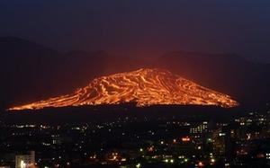 Lễ hội 'đốt cháy ngọn núi' ở Nhật Bản