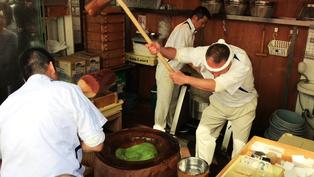 Mochi đập: Nghệ thuật làm bánh siêu đặc sắc tại Nhật Bản