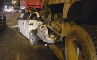 Ô tô bẹp dúm sau tai nạn liên hoàn, tài xế may mắn thoát chết