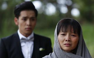 'Hoa cúc vàng trong bão': Một buổi quay để có 45 giây cảnh Khánh Hiền bị tạt axit